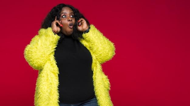 Copia espacio mujer con chaqueta amarilla