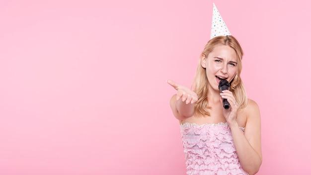 Copia espacio mujer en fiesta cantando
