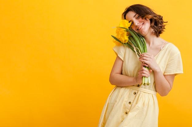 Copia espacio mujer con flores