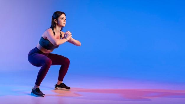 Copia espacio mujer haciendo ejercicios