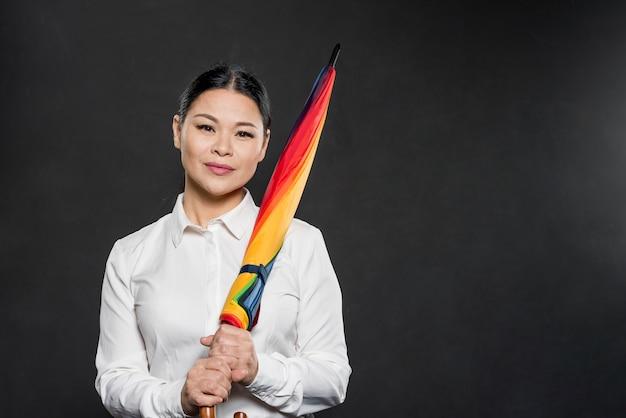 Copia-espacio mujer sosteniendo paraguas