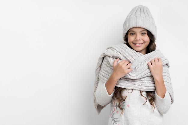Copia-espacio niña preparada para el invierno