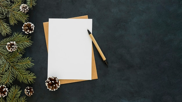 Copia espacio papel blanco y bolígrafo