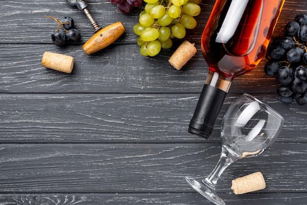 Copia-espacio plano pone la botella de vino orgánico