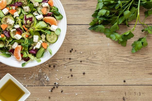 Copia espacio plato con ensalada