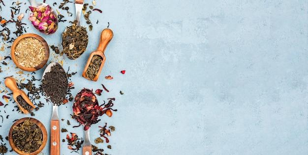 Copia espacio primicia y cuencos con té de hierbas