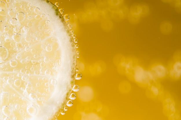 Copia espacio rebanada de limón con gotas de agua.