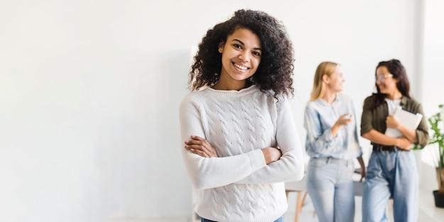 Copia espacio reunión de mujeres en la oficina