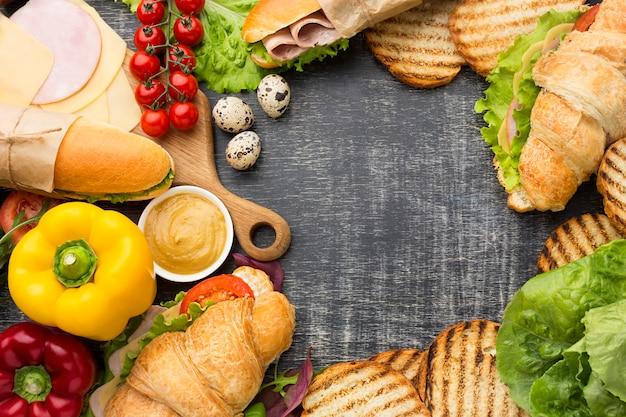 Copia espacio rodeado de comida