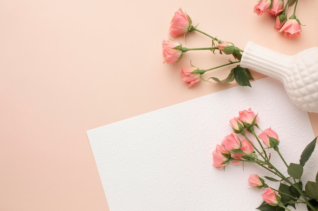 Copia espacio rosas en florero