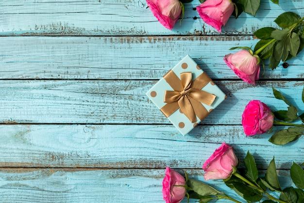 Copia espacio rosas y regalo.