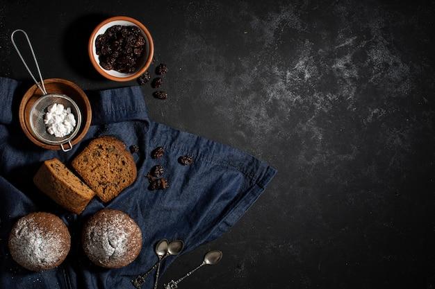 Copia espacio sabrosos muffins horneados