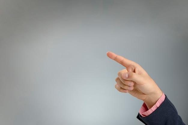 Copia-espacio señalando con la mano