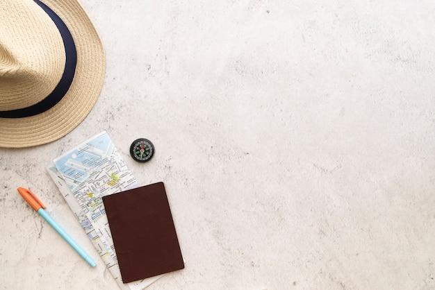 Copia espacio sombrero de paja y mapa