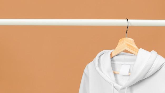 Copia espacio sudadera deportiva blanca con etiqueta de ropa