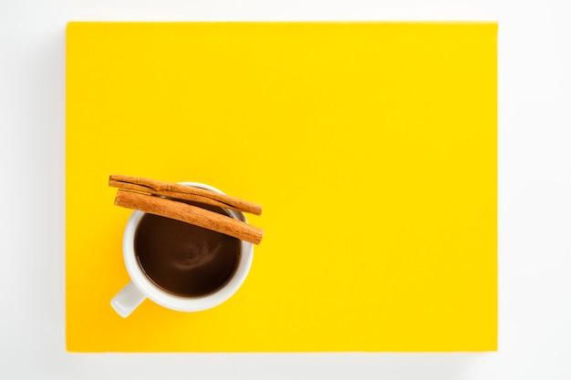 Copia espacio taza de café con canela.