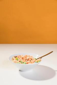 Copia espacio tazón con cereales y leche