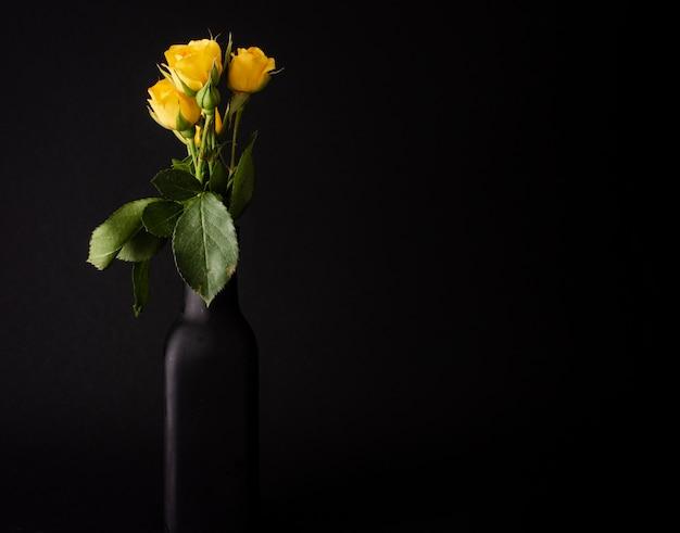 Copia espacio tulipanes en florero