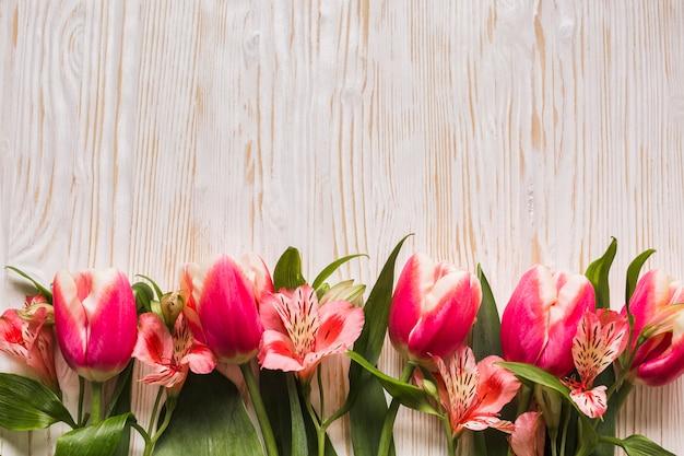 Copia espacio tulipanes en mesa