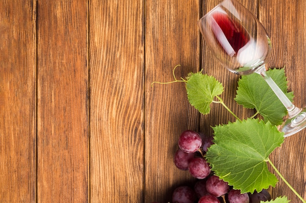Copia espacio con vaso de vino tinto.