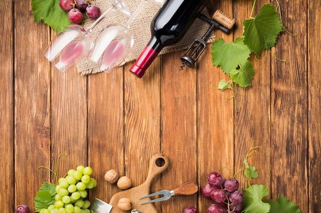 Copia espacio de vides de uva y vino.