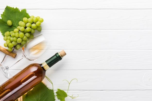 Copia espacio de vino blanco sobre fondo de madera.