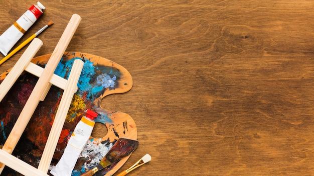 Copiar el concepto de pintura y pinceles de espacio