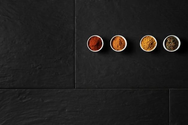 Copiar espacio cuencos con condimentos