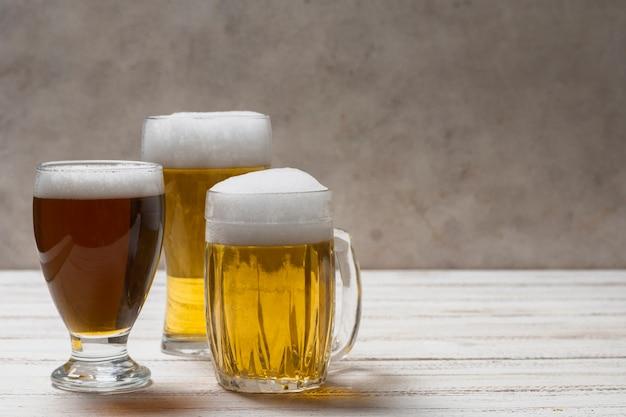 Copiar espacio diferentes tazas con cerveza