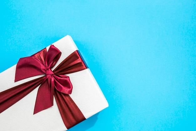 Copiar el espacio de fondo azul con lindos regalos.