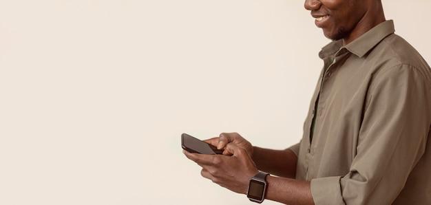Copiar espacio hombre con smartphone