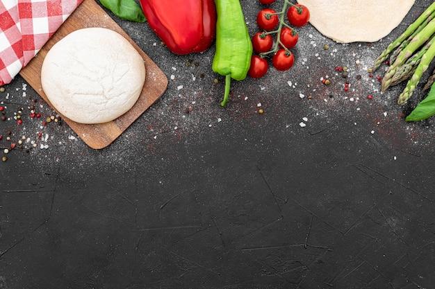Copiar espacio masa y verduras para pizza