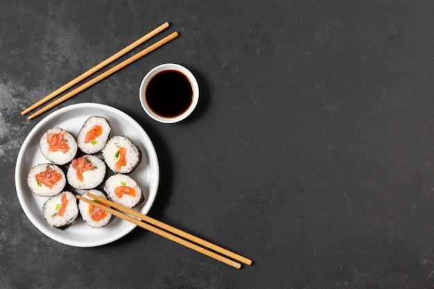 Copiar espacio rollos de sushi en placa
