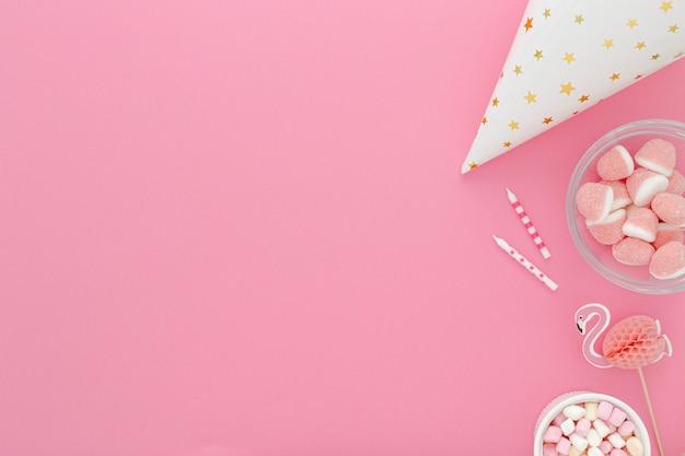 Copiar espacio sombrero de cumpleaños y dulces