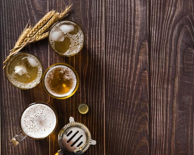 Copiar espacio tazas con cerveza