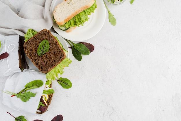 Copiar sándwiches en el plato