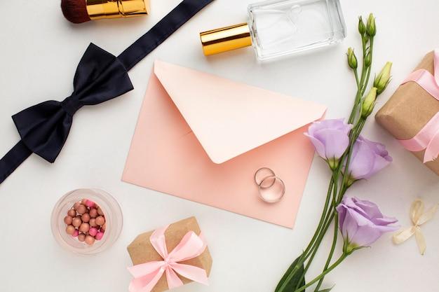 Copie los accesorios de la novia y el novio del espacio con el sobre