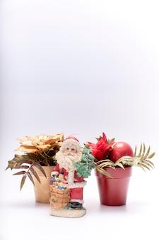 Copie el espacio para la feliz tarjeta de navidad sobre un fondo blanco.