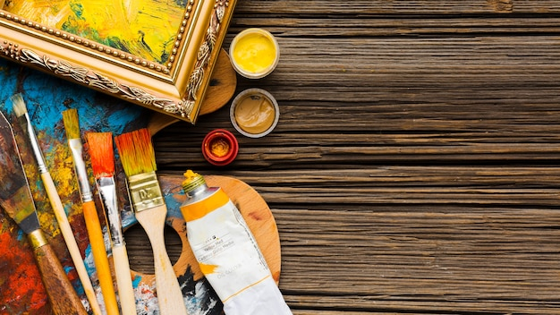 Copie el espacio de fondo de madera y pinceles