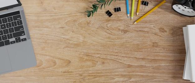Copie el espacio en la mesa de estudio de madera con la representación 3d del concepto del espacio de trabajo del estudiante de la papelería del ordenador portátil