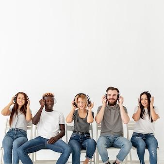 Copie el espacio de música con jóvenes amigos