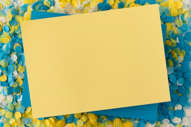 Copie el espacio de papel y confeti plano.
