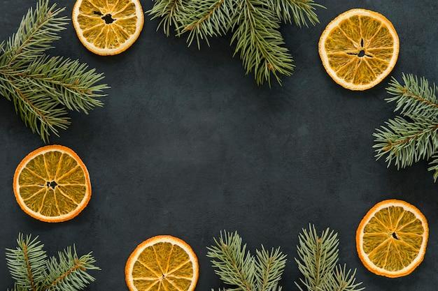 Copie el espacio rodajas de limón y agujas de pino