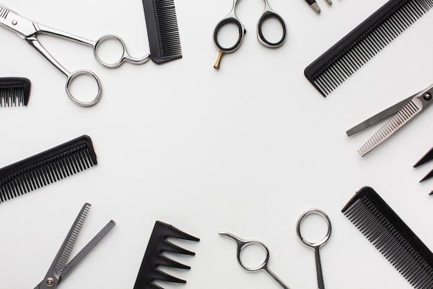 Copie el espacio rodeado de herramientas para el cabello