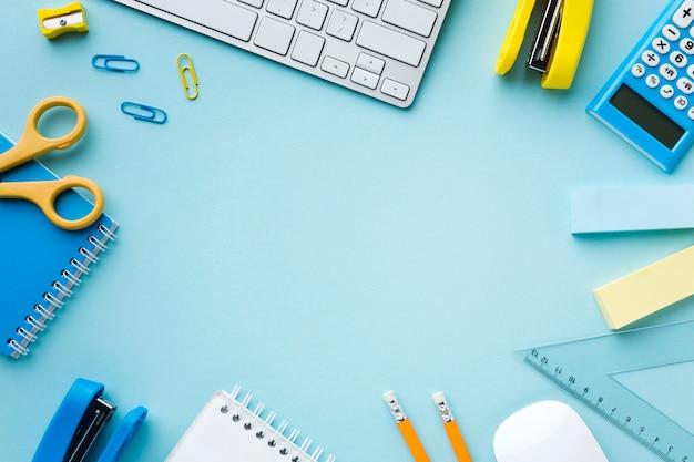 Copie el espacio rodeado de suministros de oficina.