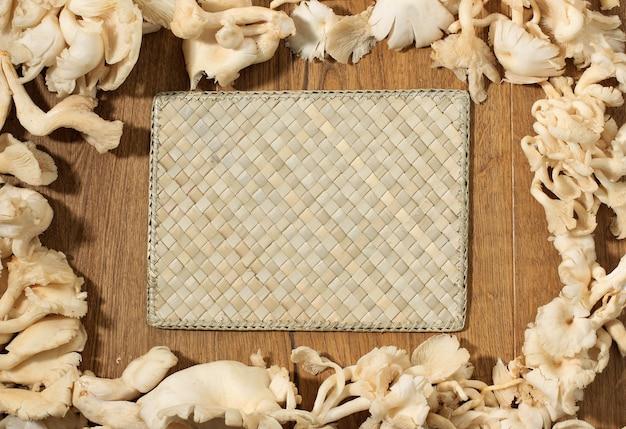 Copie el espacio seta ostra sobre fondo de madera tejida. adecuado para texto o receta