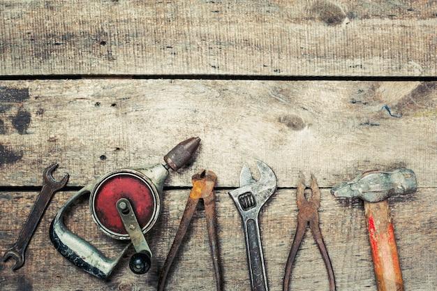 Copie el espacio sobre fondo de madera vieja con herramientas oxidadas vintage