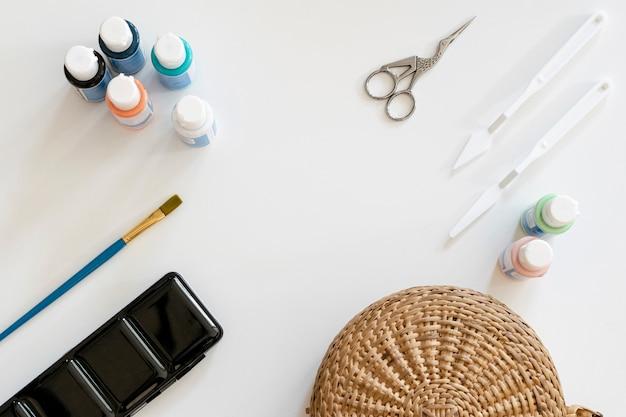 Copie el espacio con suministros de pintura.