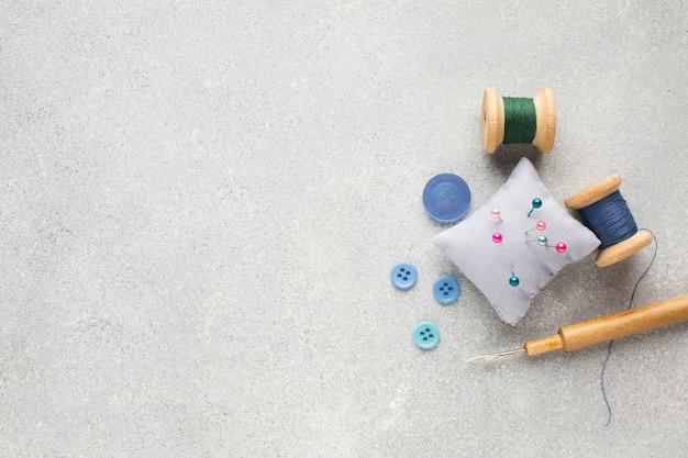 Copie el fondo del espacio con accesorios coloridos de mercería