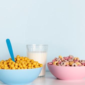 Copie el fondo del espacio y los cuencos del concepto de cereales